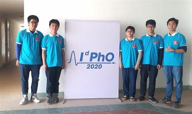 All five students of the Vietnamese team participating in the International distributed Physics Olympiad (IdPhO) 2020 win medals (Photo: VNA)