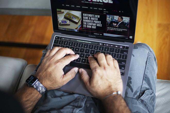 Sắp tới chúng ta sẽ được thấy những chiếc MacBook sản xuất tại Việt Nam bày bán khắp nơi trên thế giới. Ảnh: Theverge