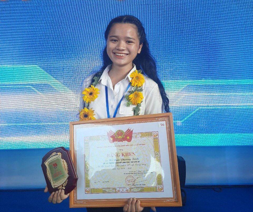 Hồ Ngọc Phương Trinh nhận danh hiệu Học sinh 3 tốt do Trung ương Đoàn trao tặng