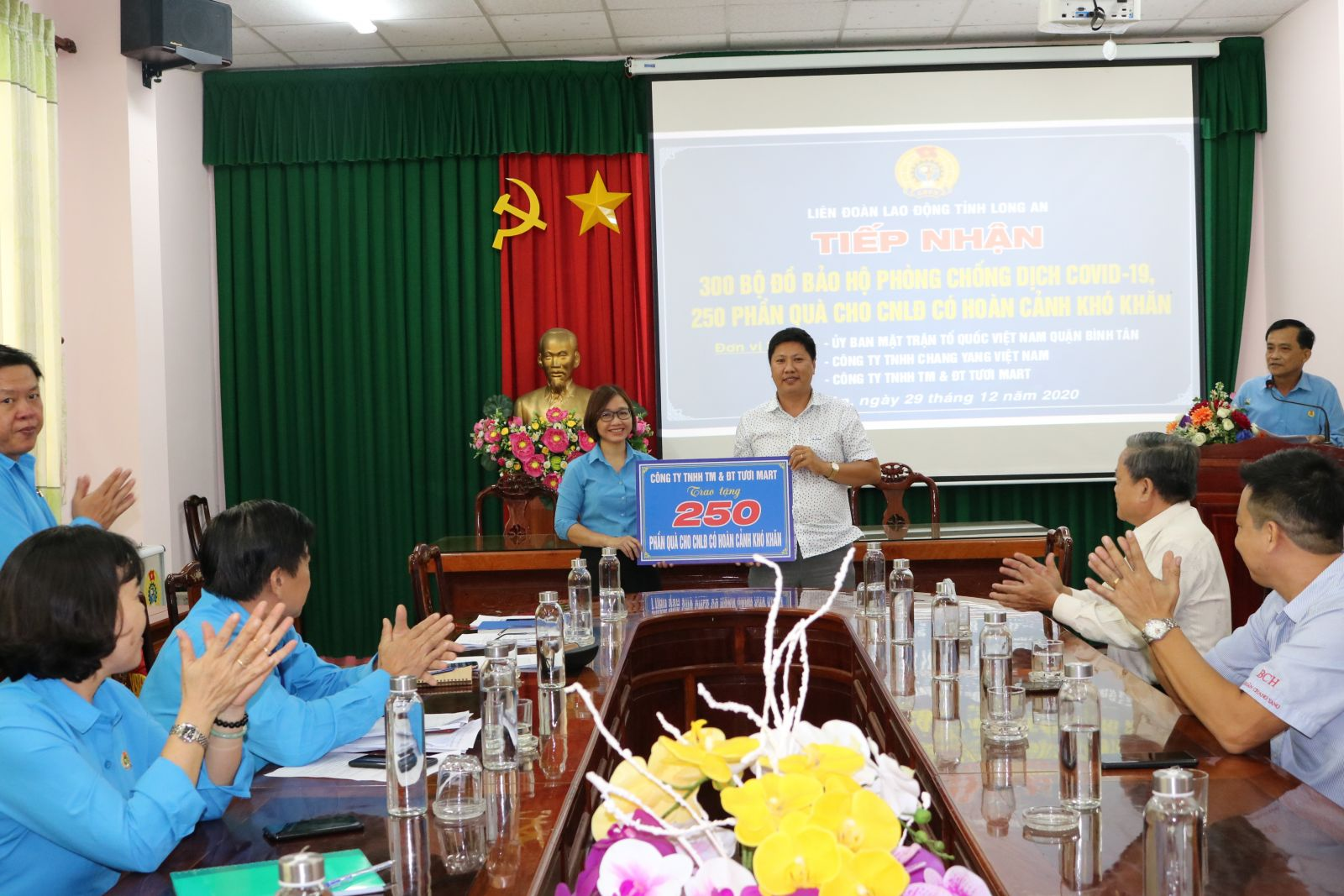 Vice Chairwoman of the Provincial Labor Confederation - Pham Thi Quyen received gifts from sponsors to help workers in difficult circumstances due to the Covid-19 epidemic