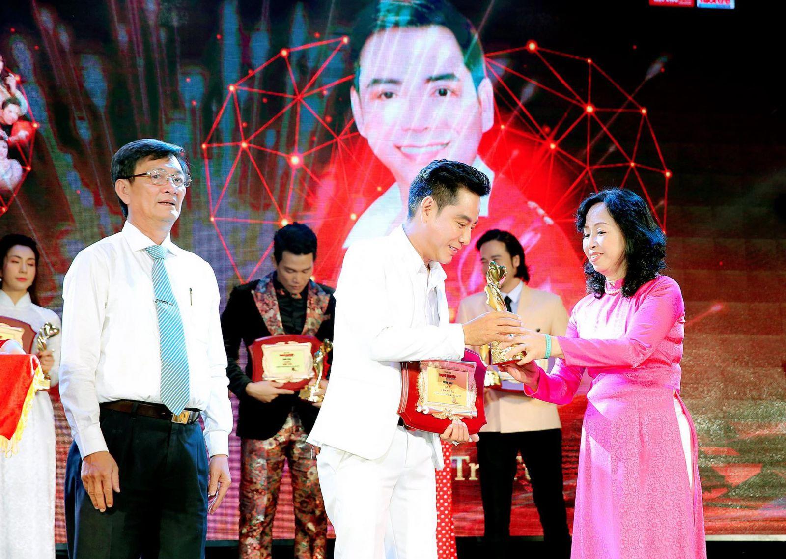 Vào dịp cuối năm 2020 vừa qua, ca sĩ Lâm Trí Tú được trao danh hiệu Nghệ sĩ có trái tim nhân ái vì cộng đồng, đó là niềm vui, động lực cho nam ca sĩ tiếp tục hành trình tốt đẹp và ý nghĩa của mình