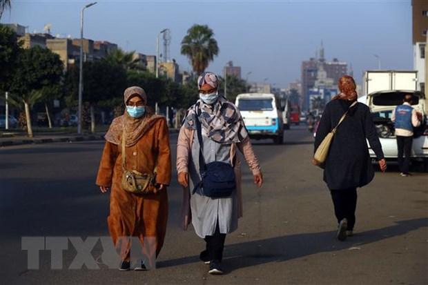 Người dân đeo khẩu trang phòng lây nhiễm COVID-19 tại Cairo, Ai Cập. ( Ảnh: THX/TTXVN)