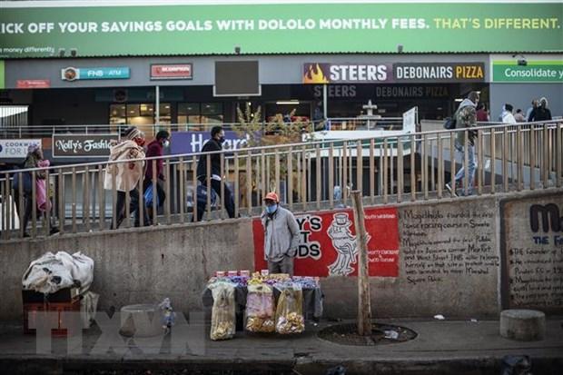 Người dân đeo khẩu trang phòng lây nhiễm COVID-19 tại Soweto, Johannesburg, Nam Phi. (Ảnh: AFP/TTXVN)