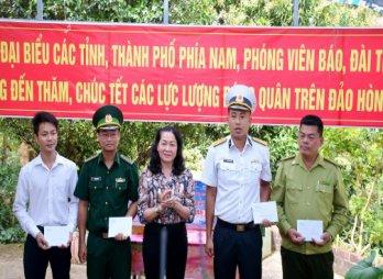 Đoàn công tác các tỉnh phía Nam thăm tặng quà cán bộ, chiến sỹ đảo Hòn Khoai