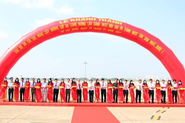 Delegates cut ribbon to inaugurate first phase of upgrading project on Tan Son Nhat International Airport (Photo: VNA)