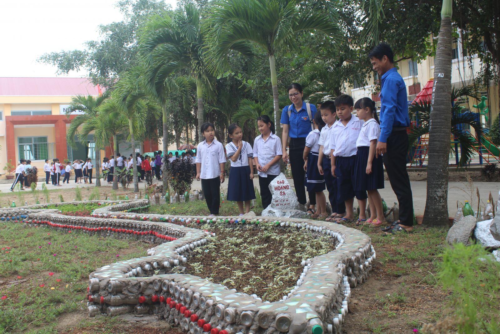 Mô hình Vườn hoa trong trường học được làm từ 1.000 chai nhựa đã qua sử dụng