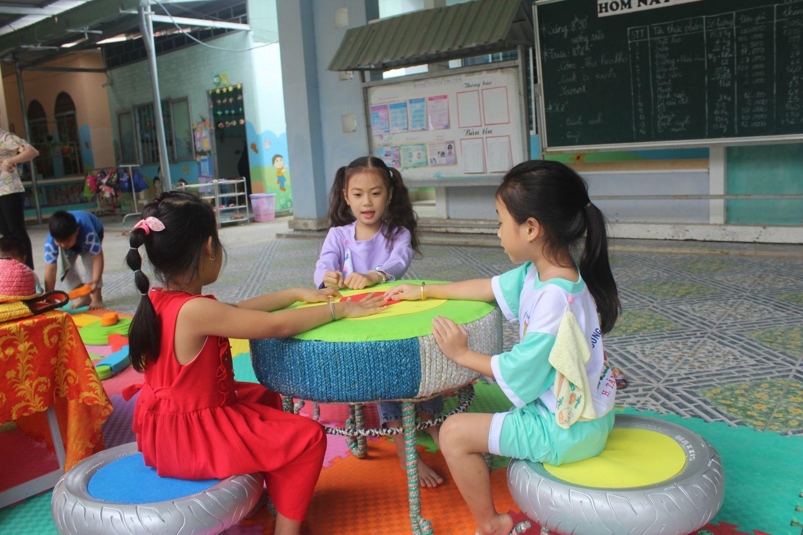 Bộ bàn ghế được các giáo viên làm từ tận dụng đồ tái chế