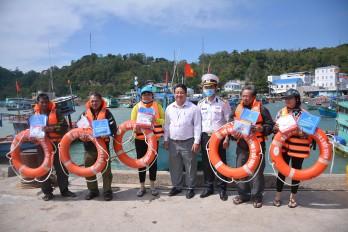Đoàn công tác các tỉnh phía Nam thăm chúc tết cán bộ, chiến sĩ và nhân dân quần đảo Nam Du