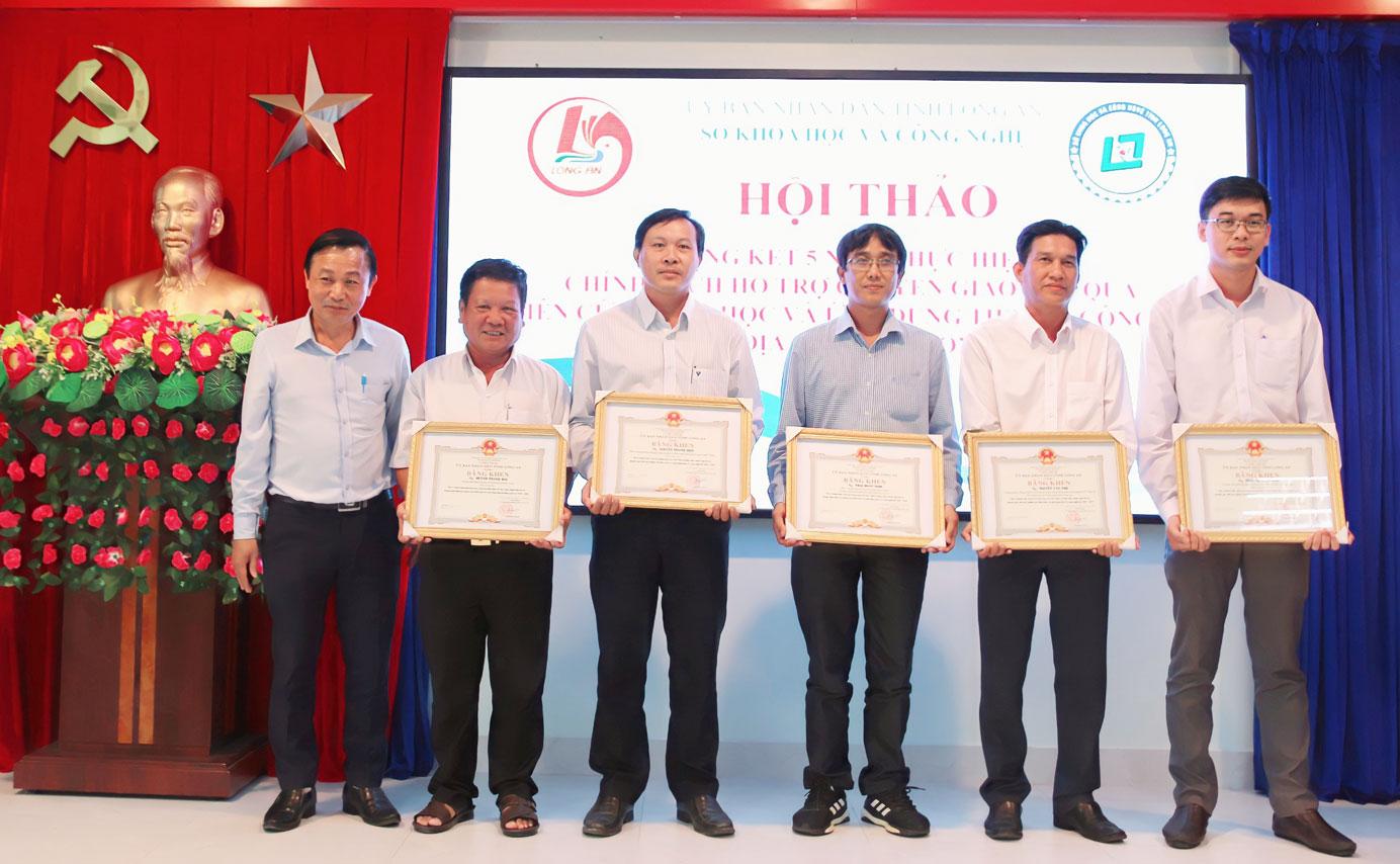 Thầy Thái Võ Ngọc (thứ 3 từ phải qua) được UBND tỉnh khen thưởng vì có thành tích xuất sắc trong 5 năm thực hiện Chính sách hỗ trợ chuyển giao kết quả nghiên cứu khoa học và ứng dụng tiến bộ công nghệ trên địa bàn tỉnh