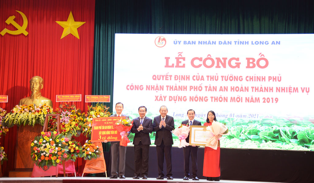 Permanent Deputy Prime Minister - Truong Hoa Binh confers the resolution recognizing Tan An City completing NRC mission in 2019