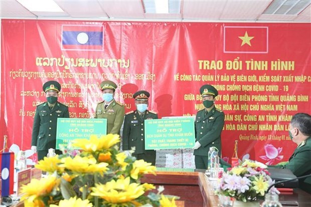 The Border Guard Command of Quang Binh province presents equipment for COVID-19 prevention and control  to the Military Command and police of Khammouane of Laos (Photo: VNA)