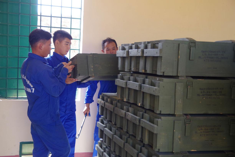 Cán bộ, chiến sĩ Kho K2 sắp xếp, bảo quản vũ khí