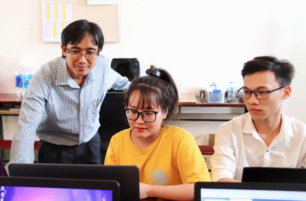 Thầy Thái Võ Ngọc luôn tận tình hướng dẫn các đề tài nghiên cứu cho sinh viên
