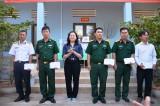 Đoàn công tác các tỉnh phía Nam thăm, tặng quà cán bộ, chiến sĩ đảo Hòn Đốc
