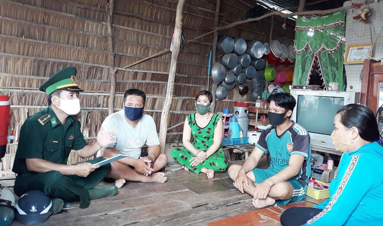 Đồn Biên phòng Tuyên Bình, huyện Vĩnh Hưng, đẩy mạnh công tác tuyên truyền người dân phòng, chống dịch tại khu vực cửa khẩu, biên giới