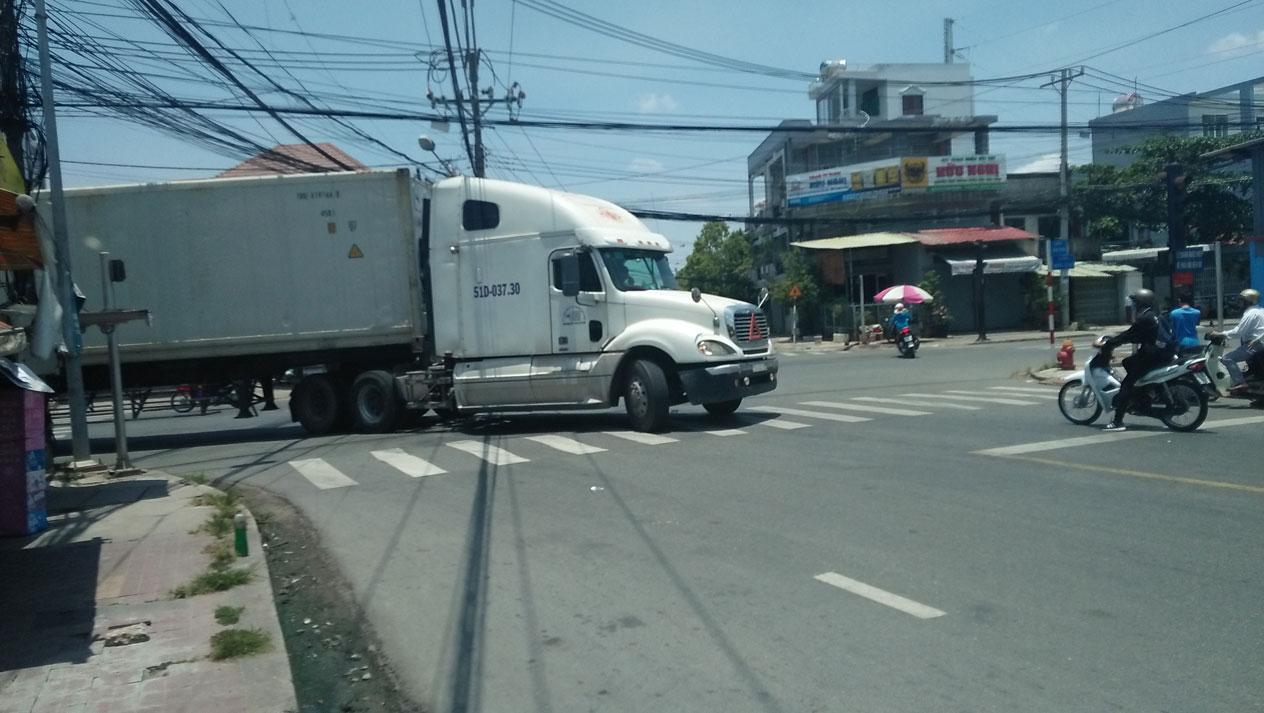 Mỗi lần xe tải, container chạy qua tiềm ẩn nhiều nguy cơ