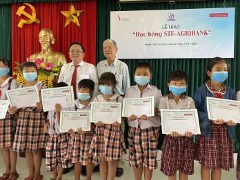 Agribank Đông Long An trao 100 triệu đồng học bổng cho học sinh Trường Tiểu học Huỳnh Văn Đảnh