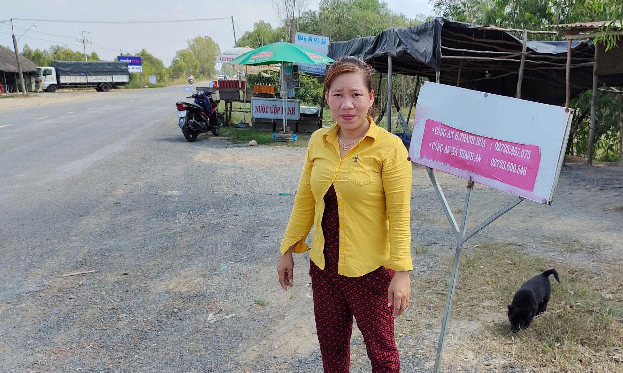 Công an xã cho cắm nhiều biển thông báo ghi rõ số điện thoại của Công an xã và Công an huyện Thạnh Hóa