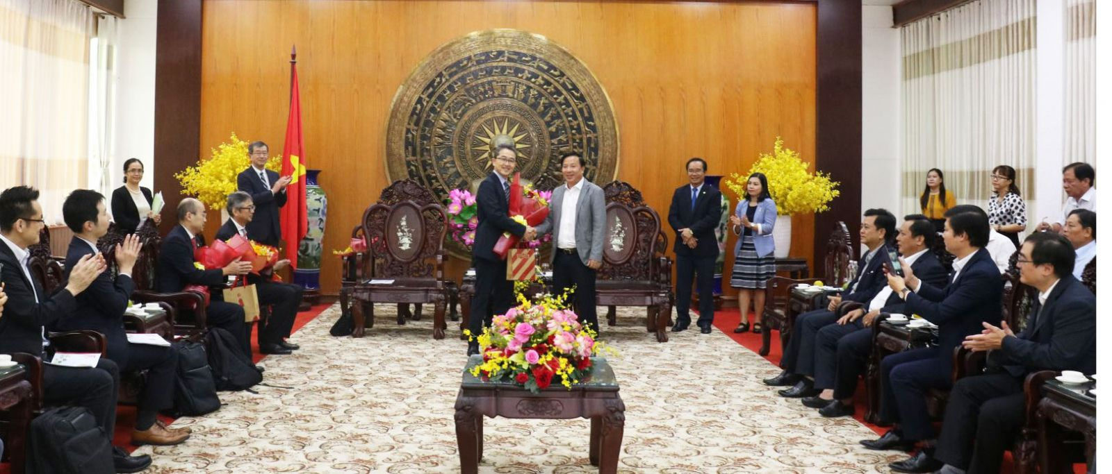 Chairman of the Provincial People's Committee - Nguyen Van Ut (R) presents flowers and souvenirs to representatives of the Japanese organization in Ho Chi Minh City