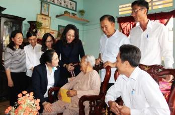 Trung ương Hội Liên hiệp Phụ nữ Việt Nam thăm, tặng quà Mẹ Việt Nam Anh hùng tại huyện Thủ Thừa