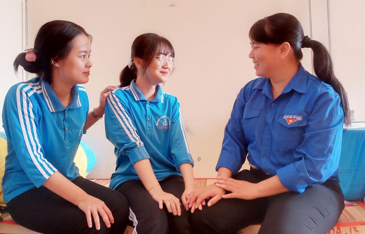 Cô Lưu Phương Nam tích cực tham gia công tác quản lý ký túc xá của trường, quản lý nề nếp học sinh