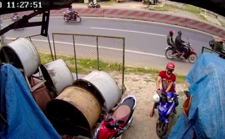 Một đối tượng trộm xe máy bị camera ghi lại