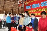 Trao tặng quà tết cho công nhân lao động tại Đức Hòa, TP.Tân An