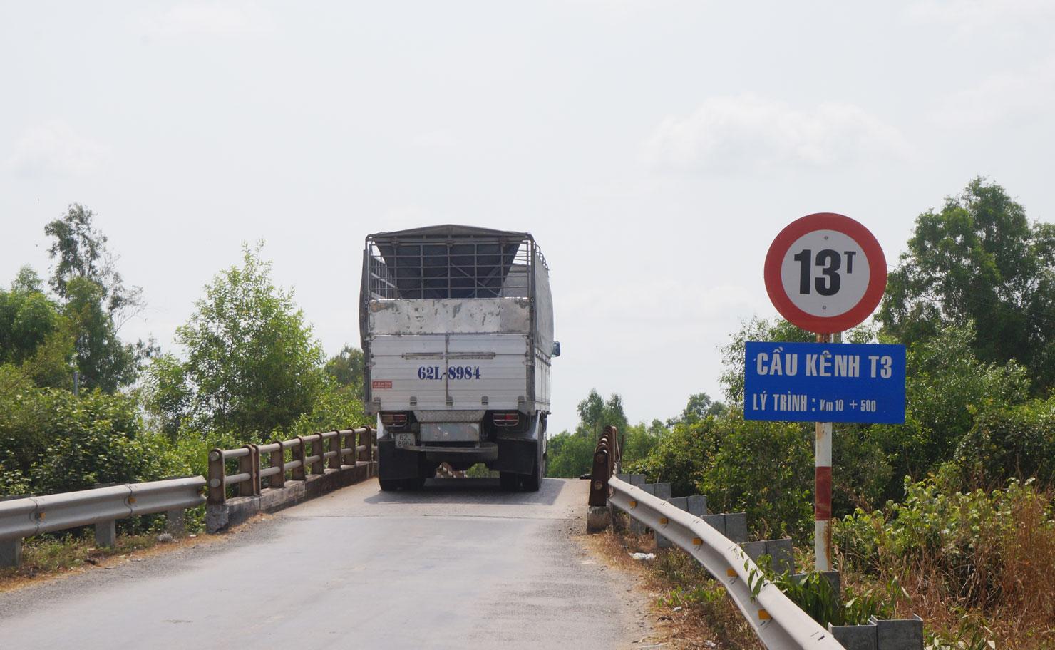 Cầu trên đoạn đường rất nhỏ, hẹp, không đồng bộ với đường nên ảnh hưởng lớn đến việc lưu thông của phương tiện