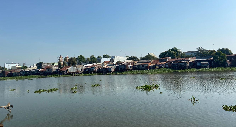 Một điểm sạt lở từ đường Huỳnh Việt Thanh đến cầu Hùng Vương (tiếp giáp rạch Cá Rô) ảnh hưởng đến 39 hộ dân tại phường 1, thị xã Kiến Tường