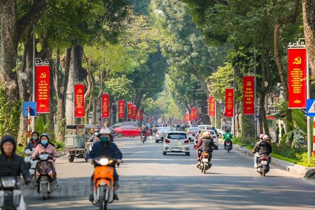 Công tác trang trí, tuyên truyền, cổ động trực quan phục vụ Đại hội đại biểu toàn quốc lần thứ XIII của Đảng được các đơn vị chức năng của Hà Nội triển khai từ nhiều ngày nay. (Ảnh: Minh Sơn/Vietnam+)