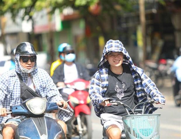 Chỉ số tia UV ở mức cao, người dân cần trang bị tốt đồ bảo hộ khi ra đường để bảo vệ sức khỏe. (Ảnh: Thanh Tùng/TTXVN)