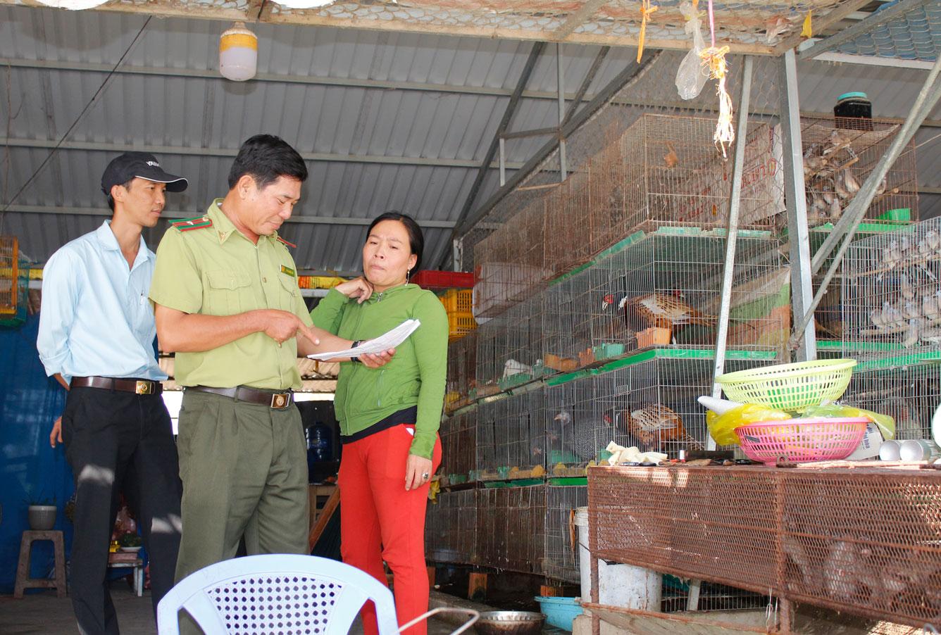 Đội kiểm tra liên ngành tỉnh kiểm tra nguồn gốc, xuất xứ các loại nông sản được bày bán tại chợ nông sản Thạnh Hóa