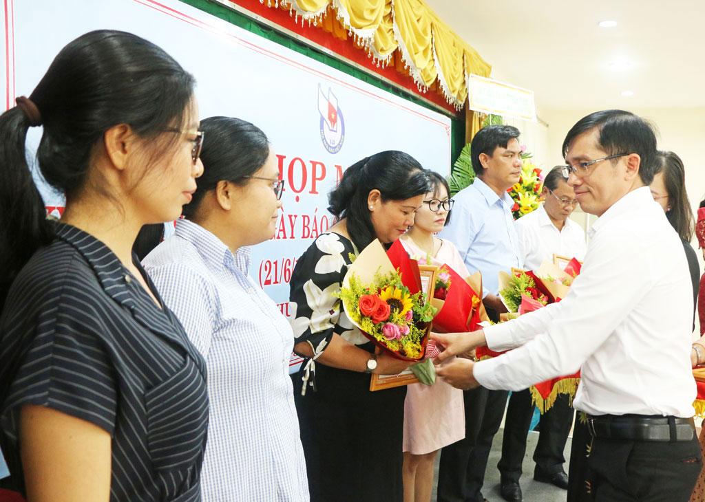 Phó Chủ tịch Hội Nhà báo Việt Nam tỉnh - Lê Hồng Phước trao giải thưởng cho các tác giả đoạt Giải Báo chí tỉnh Long An năm 2020. (Ảnh: Phạm Ngân)