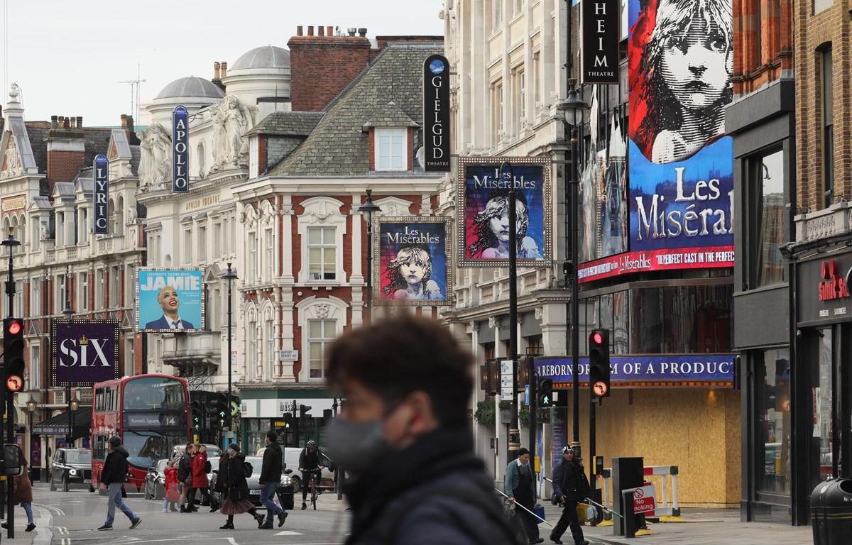 Người dân đeo khẩu trang phòng lây nhiễm COVID-19 tại London, Anh. (Ảnh: THX/TTXVN)