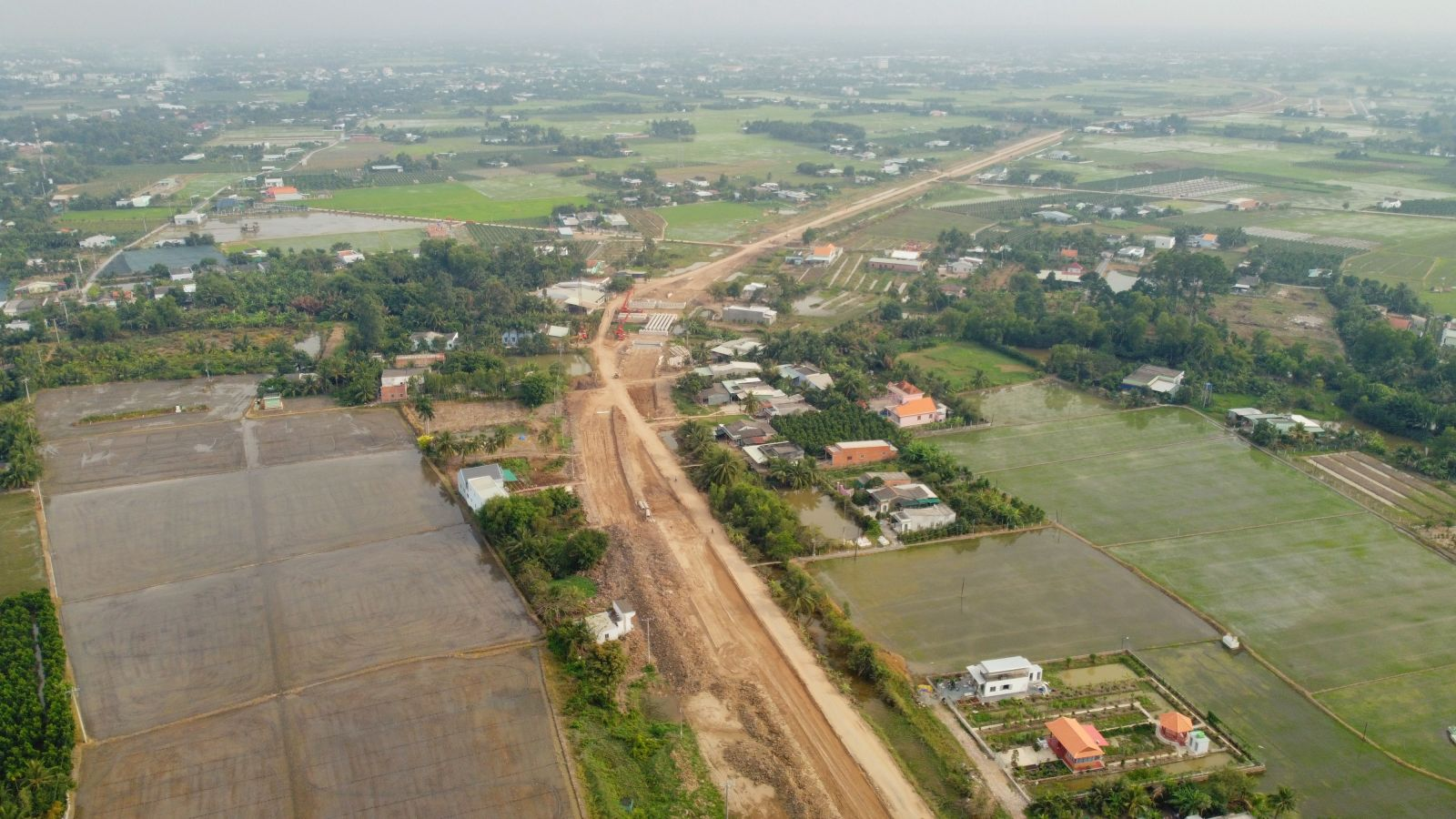 The section of Phan Van Tuan connecting Nguyen Tan Chinh is 6 kilometers long, designed with 4 lanes for cars, is in the process of leveling. This road is invested by the People's Committee of Tan An City