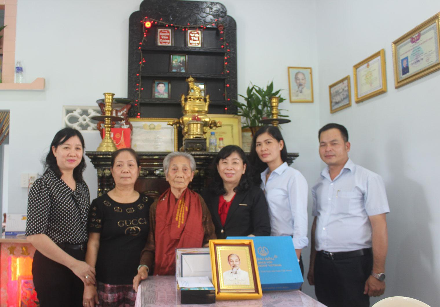 Giám đốc Sở Lao động - Thương binh và Xã hội - Nguyễn Hồng Mai tặng quà của Chủ tịch nước cho Mẹ Việt Nam Anh hùng Phan Thị Nhị