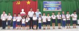 Phó Bí thư Thường trực Tỉnh uỷ Long An tặng quà trẻ em có hoàn cảnh đặc biệt khó khăn ở các xã biên giới