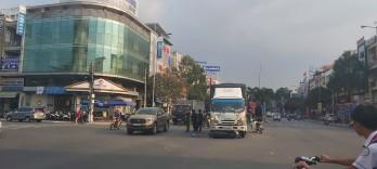 Xe tải kéo lê xe mô tô vào gầm, 2 người bị thương
