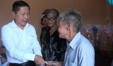 Thứ trưởng Bộ Lao động – Thương binh và Xã hội tặng quà gia đình chính sách huyện Đức Hoà