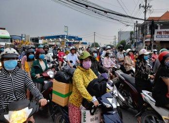 Người dân bắt đầu về quê đón tết, kẹt xe kéo dài tại Quốc lộ 62