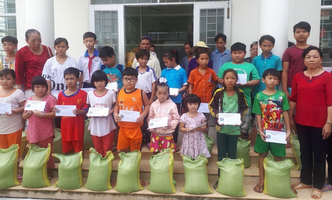 Hội Thân nhân kiều bào huyện Cần Đước tặng quà cho các em học sinh nghèo, có hoàn cảnh khó khăn trên địa bàn