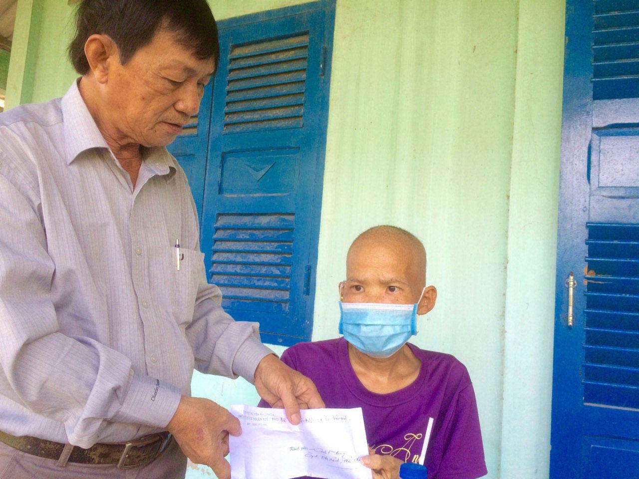 Hội Thân nhân kiều bào huyện Thủ Thừa hỗ trợ tiền cho trường hợp bệnh nhân có hoàn cảnh khó khăn, bệnh hiểm nghèo