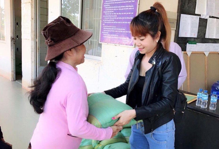 Chị Lê Thị Ngọc Bích - kiều bào Singapore, tặng quà cho hộ gia đình có hoàn cảnh khó khăn trên địa bàn huyện Thủ Thừa
