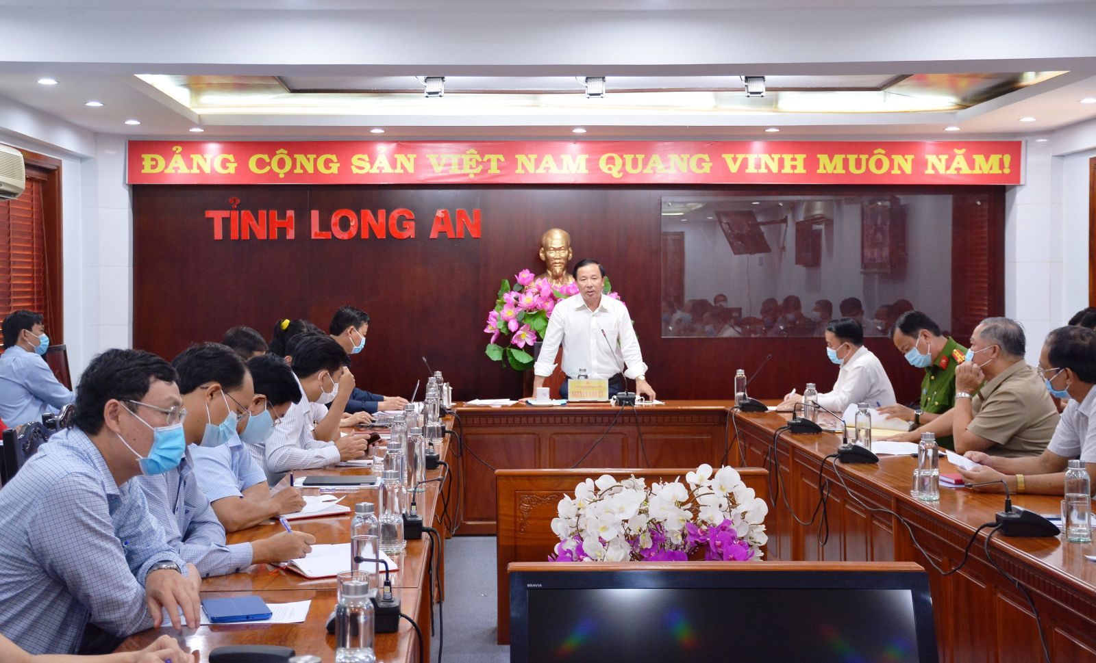 Chairman of the Provincial People's Committee, Head of the Long An Steering Committee for the Prevention and Control of Dangerous Diseases on human - Nguyen Van Ut requests that branches and localities do not neglect, are not subjective, focus on strictly implementing the work of preventing and controlling Covid-19 epidemic during the Lunar New Year