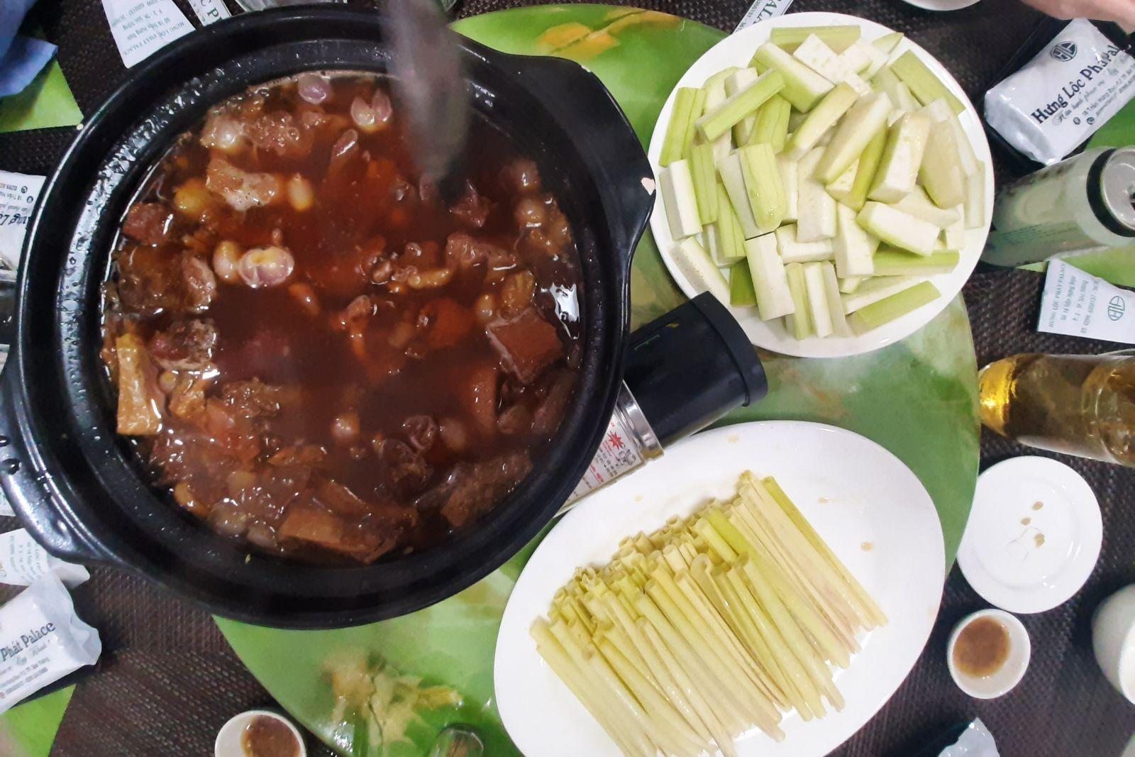 Thịt trâu kho tương sẽ ngon hơn khi ăn kèm với một số loại rau như năng, bầu...