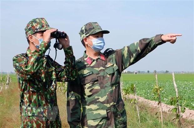 Cán bộ chiến sỹ chốt kiểm soát, phòng chống COVID-19 số 6 - Đồn Biên phòng cửa khẩu quốc tế Vĩnh Xương tuần tra, kiểm soát địa bàn. (Ảnh: Công Mạo/TTXVN)