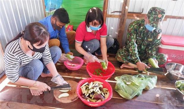 Hội viên Hội Liên hiệp Phụ nữ thị xã Tân Châu tham gia nấu cơm, phục vụ cán bộ, chiến sĩ và các lực lượng tham gia phòng chống COVID-19 tại chốt số 6 - Đồn Biên phòng cửa khẩu quốc tế Vĩnh Xương. (Ảnh: Công Mạo/TTXVN)