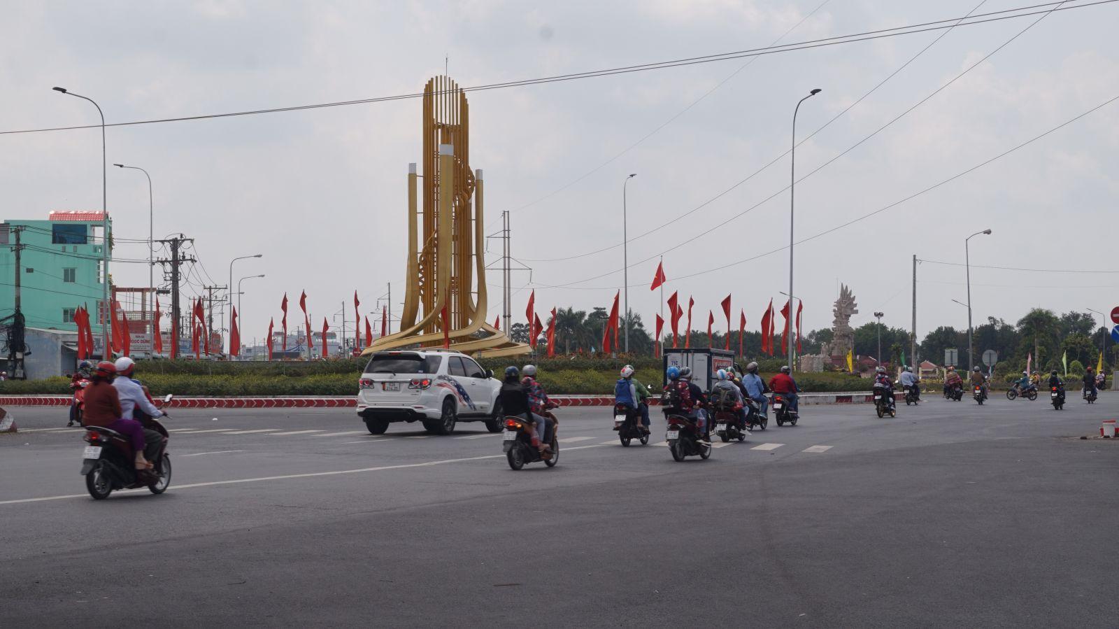 Phương tiện lưu thông ngày mùng 2 tết tại khu vực vòng xoay phường 5, TP.Tân AnBảo đảm trật  tự, an toàn giao thông từ những ngày đầu năm 2021