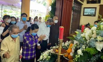 Người dân đến thắp hương nguyên Phó Thủ tướng Trương Vĩnh Trọng tại nhà riêng