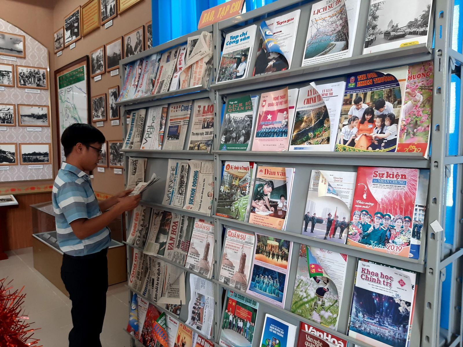 Nhà truyền thống có diện tích rộng, ngoài hình ảnh, hiện vật, còn có nhiều sách, báo được đặt tại đây phục vụ người đến tham quan, tìm hiểu